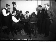 [Joueurs de cartes dans un café, 21-1-11] : [photographie de presse] / [Agence Rol] Source : BnF